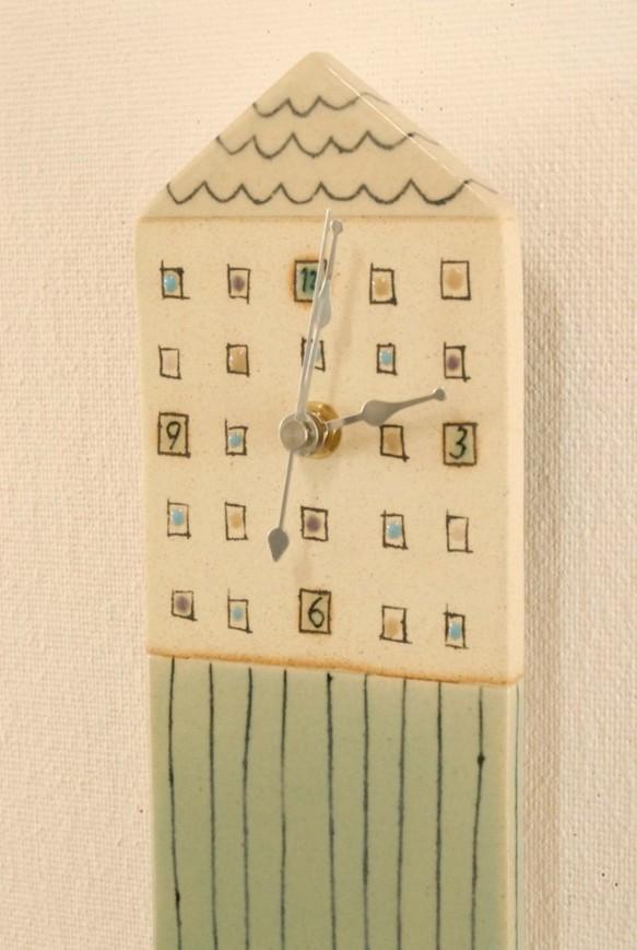 「白い屋根」の家型(縦長)の陶製時計