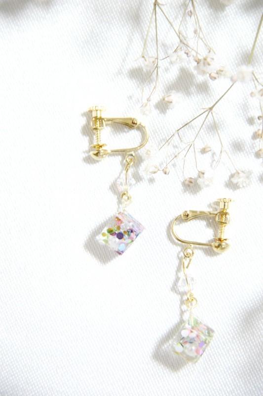 キューブレジンのホロ入りイヤリング/ピアス