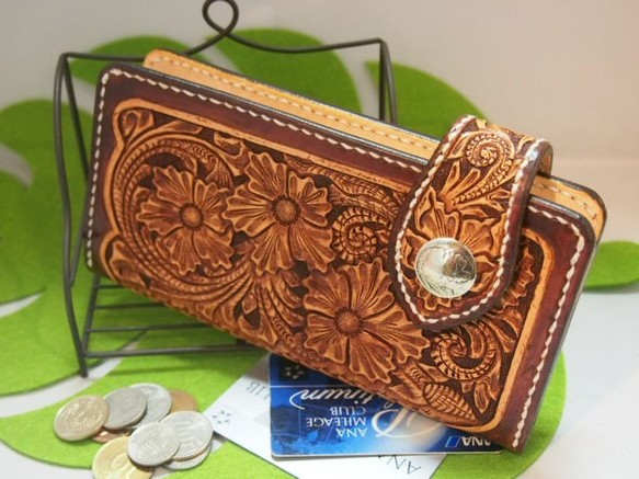 0713fc4cd029 革長財布 額絵のようなカービングのベルト 長財布 オッカン. ハンドメイド通販・販売 Creema ...