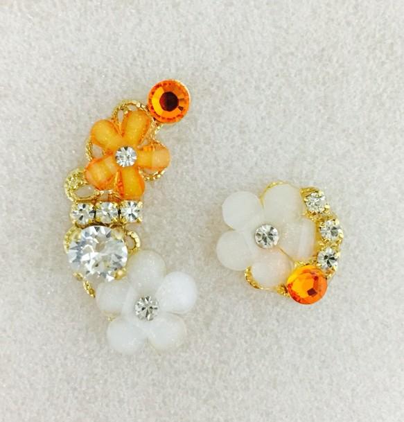 8177e587229495 オレンジ花×白花 スワロフスキービジューのイヤーカフ&イヤリングor ...