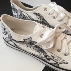 お魚柄 手描きシューズ 釣り好きに! 27cm メンズ スニーカー 紐靴 ローカット キャンバス地 シューズ・靴 kaorin_drawing☆  通販|Creema(クリーマ) ハンドメイド・