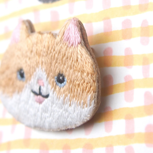小さな動物の頭の刺繍ブローチ橘オレンジ色の白い猫ジンジャーの猫