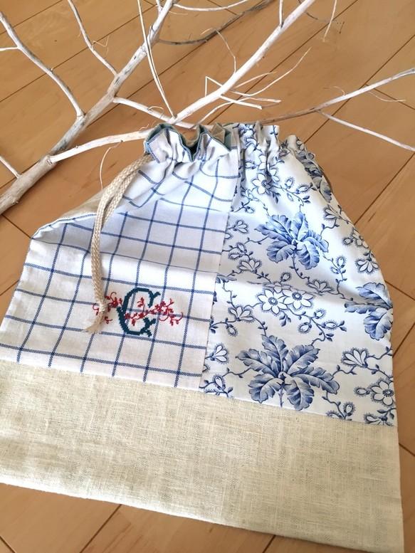 刺繍入りの巾着袋です。裏地付き、麻紐使用です。