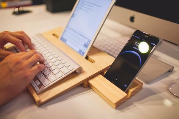 KODAWARI、厚さ3mmの木製iPad 2用カバースタンド「Miniot Cover」