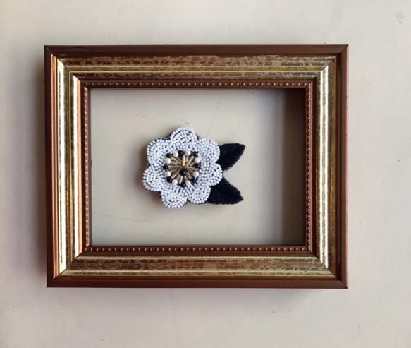 b2ccedf68cbdd7 ビーズのチョッピリ大きめお花の刺繍ブローチ(ノーブルホワイト ...