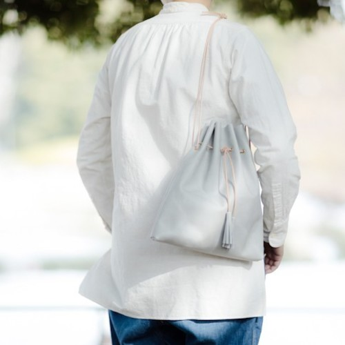 限定カラーアイスグレー『革の巾着ショルダーバッグ』お出かけにピッタリ♪意外に収納力のある巾着型。肩掛け、斜めがけ、手持ち