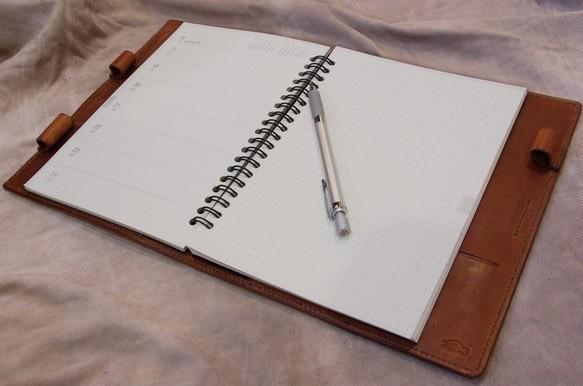 革と糸が選べるオーダーメイドの手帳カバー(写真は無印のA5サイズの手帳用)