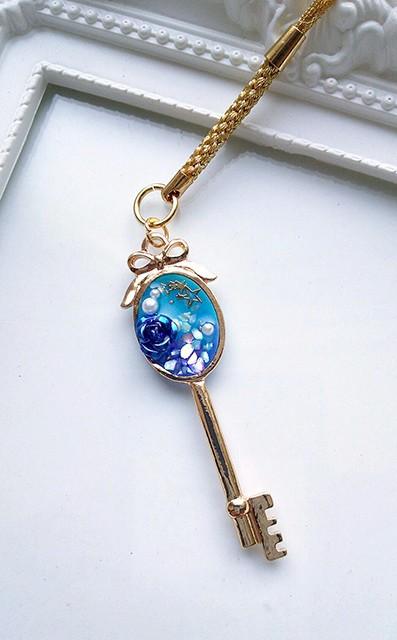青いバラの鍵ストラップ 携帯アクセサリー・ストラップ 臣