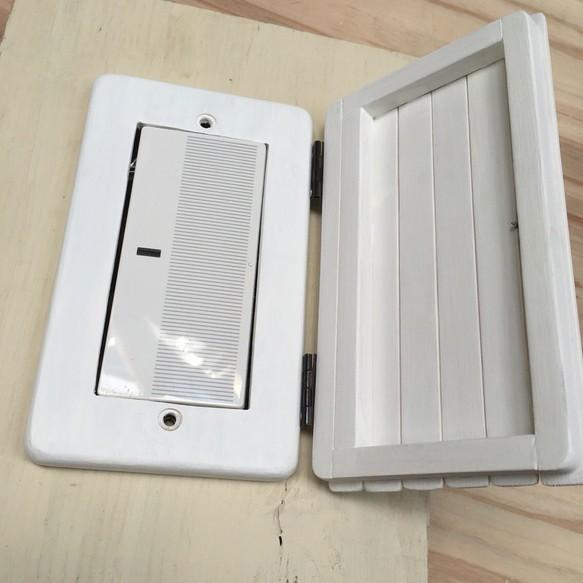 カントリー風白い木製扉付きスイッチカバー